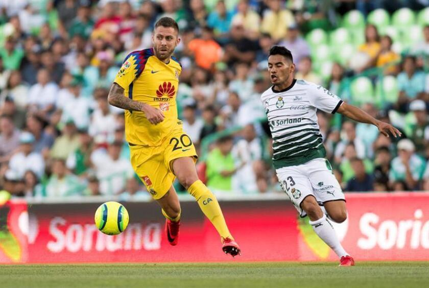 Juan Vázquez (d) de Santos Laguna disputa el balón con Jeremy Menez (i) de Águilas del América. EFE/Archivo