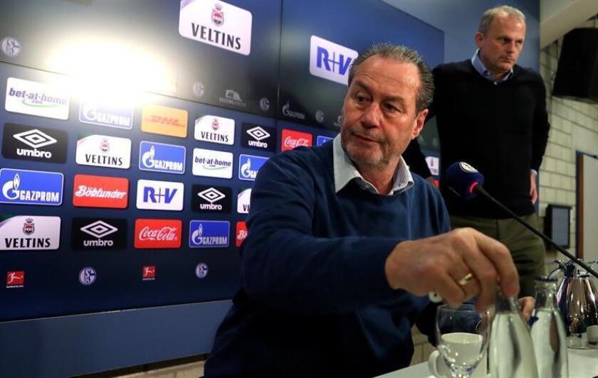 Hubb Stevens (c), nuevo entrenador interino del Schalke 04, y el director deportivo del club, Jochen Schneider (dcha), dan una rueda de prensa este viernes en Gelsenkirchen (Alemania). Stevems se convierte en el técnico interino del club tras el despido de Domenico Tedesco. EFE
