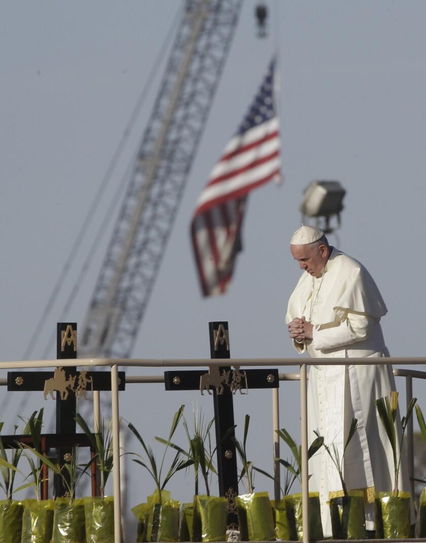 Papa Francisco reza cerca de la frontera entre México y Estados Unidos, en la cerca junto al río Bravo, Ciudad Juárez, México, miércoles 17 de febrero de 2017. (AP Foto/Gregorio Borgia)