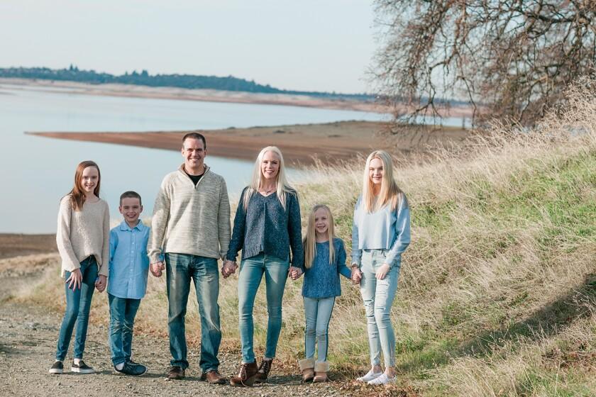 """Leyenda/crédito: Rachael Wells, madre de cuatro hijos en Folsom, California, dice que ella y su esposo, Carter, tienen """"todo tipo de reglas"""" para manejar el tiempo de pantalla de sus hijos. Por un lado, apagaron remotamente todas las aplicaciones de los teléfonos celulares de sus hijas mayores a las 8:30 p.m. La familia Wells (desde la izquierda): Beckham, Jobiah, Carter, Rachael, Londyn y Courtlyn."""