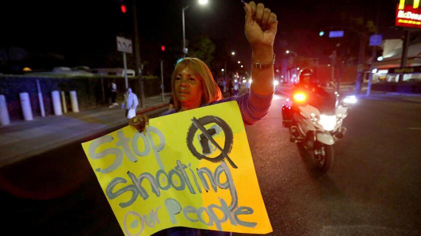 Marian Petersen, de 71 años, dijo que su última protesta contra la policía había sido en 1965, sobre los disturbios de Watts.