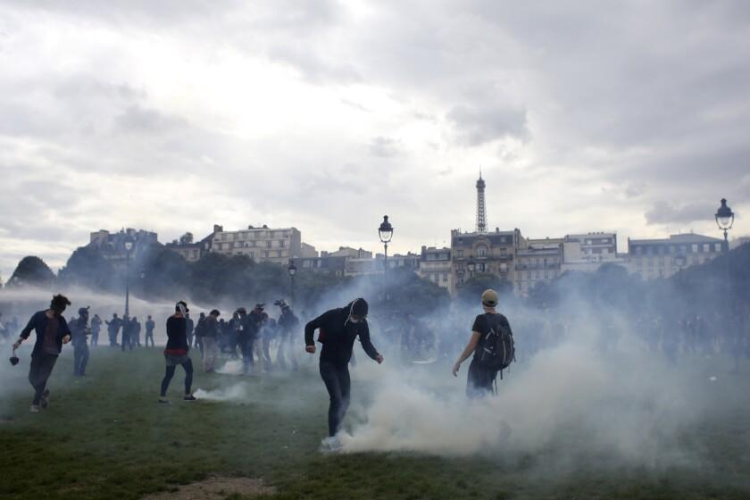 Jóvenes chocan con policía antimotines durante una protesta en la Place des Invalides, en París. (AP Foto/Thibault Camus)