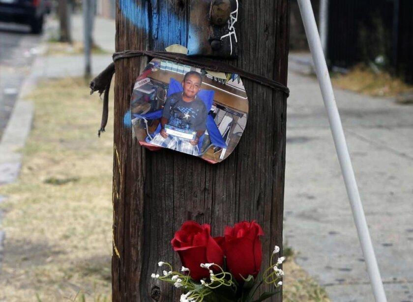 Un altar modesto es puesto en pie tras la muerte de Jesse James Romero.