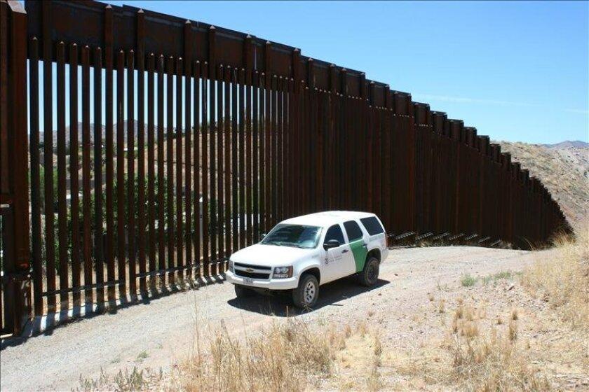 Agentes de la Patrulla Fronteriza monitorean la cerca a lo largo de la frontera México-Estados Unidos en el sector de Tucson