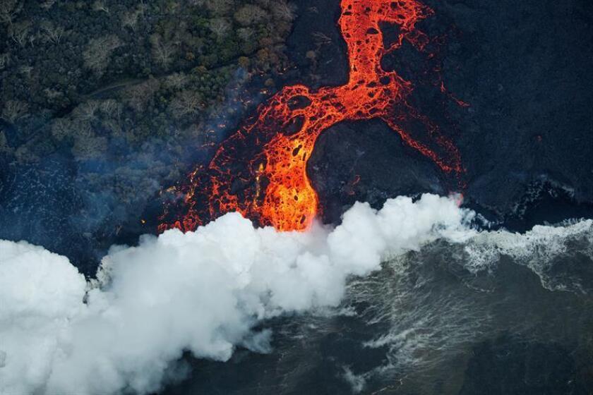 La erupción del volcán Kilauea, de Hawái, que comenzó a escupir lava hace más de un mes, provocó el sábado un temblor de 5,2 grados de magnitud en la escala de Richter, según el Servicio Geológico (USGS). EFE/BRUCE OMORI/PARADISE HELICOPTERS