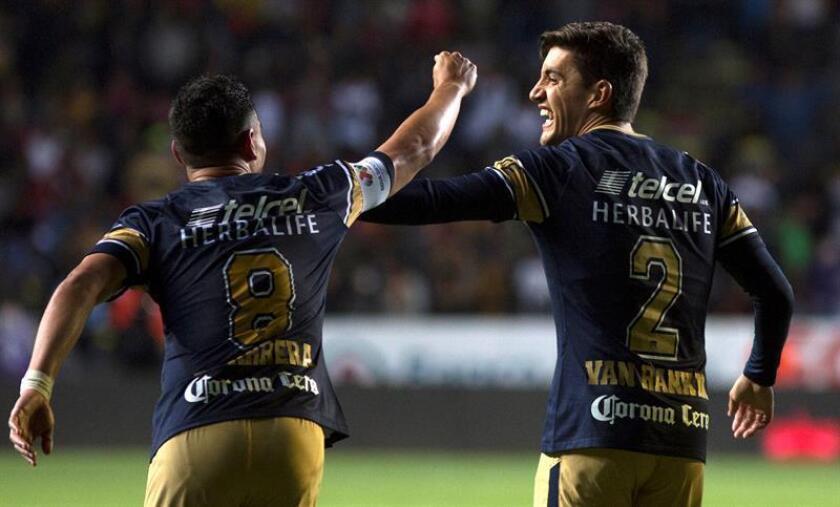 Los jugadores de Pumas Pablo Barrera (i) y Josecarlos Van Rankin (d) festejan una anotación ante Morelia hoy, viernes 09 de febrero de 2018, durante el juego correspondiente a la jornada 6 del torneo mexicano de fútbol que se celebra en el estadio Morelos de Morelia (México). EFE
