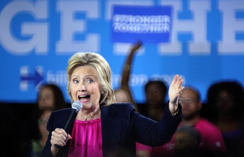 """La aspirante demócrata a la Casa Blanca, Hillary Clinton, reconoció hoy su error de tratar de seguir en campaña pese a ser diagnosticada con neumonía, pero subrayó que """"a dos meses de las elecciones el último lugar donde quería estar era en casa""""."""