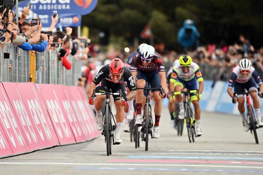 El australiano Caleb Ewan, izquierda, acelera para llevarse la séptima etapa del Giro de Italia, un tramo de Notaresco a Termoli, Italia, el viernes 14 de mayo de 2021. (Massimo Paolone/LaPresse vía AP)