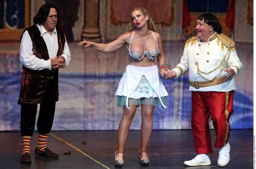 """Luis de Alba (der.) comparte escenario con Niurka Marcos en """"La Semecienta"""", una controvertida adaptación del cuento infantil, que se verá este fin de semana en Anaheim,"""