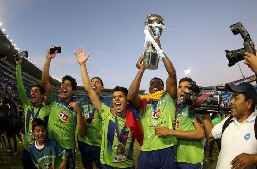 Jugadores de Santa Tecla celebran su victoria tras la final del fútbol salvadoreño, hoy en San Salvador (El Salvador). EFE