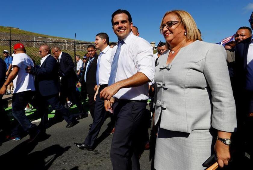 El gobernador de Puerto Rico, Ricardo Rosselló (c), junto a la vicepresidenta de la Cámara, Lourdes Ramos (d), tras el acto de juramentación, el lunes 2 enero de 2016, en el Capitolio en San Juan. EFE/Archivo
