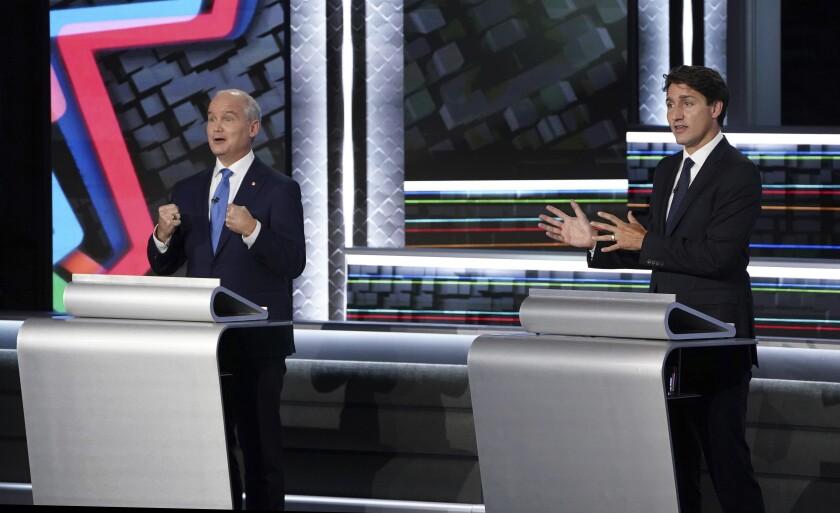 El dirigente conservador Erin O'Toole (izq) y el primer ministro liberal Justin Trudeau durante un debate llevado a cabo el 8 de septiembre del 2021 en Gatineau, Quebec. (Sean Kilpatrick/The Canadian Press vía AP)