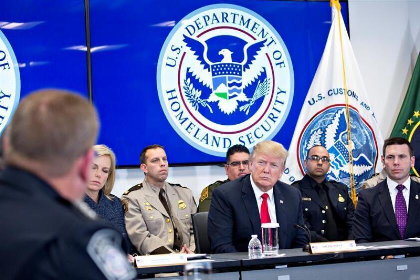 El presidente de EE.UU., Donald Trump, llegó esta noche a Palm Beach, en el sur de Florida, para pasar el fin de semana en su residencia de invierno y tras darse a conocer, con su venía, un informe que denuncia abusos en la investigación de la trama rusa. EFE/EPA/POOL