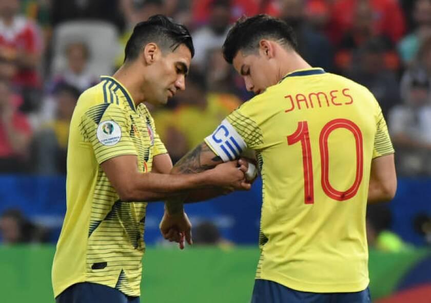 El colombiano Radamel Falcao le da la banda de capitán a du compañero de equipo James Rodríguez, durante el partido de cuartos de final del torneo de fútbol de la Copa América contra Chile en el Corinthians Arena en Sao Paulo, Brasil, el 28 de junio de 2019.
