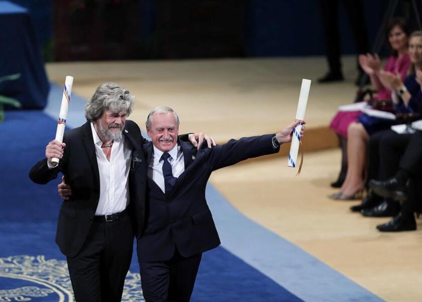 Los alpinistas, el italiano Reinhold Messner (i) y el polaco Krzysztof Wielicki, tras recibir el Premio Princesa de Asturias de los Deportes. EFE/Archivo