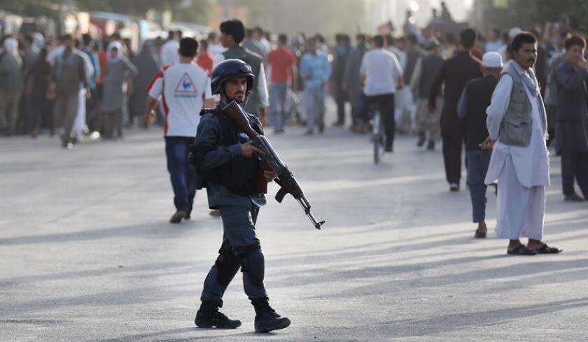 Un soldado patrulla el lugar de un atentado suicida en Kabul (Afganistán). EFE