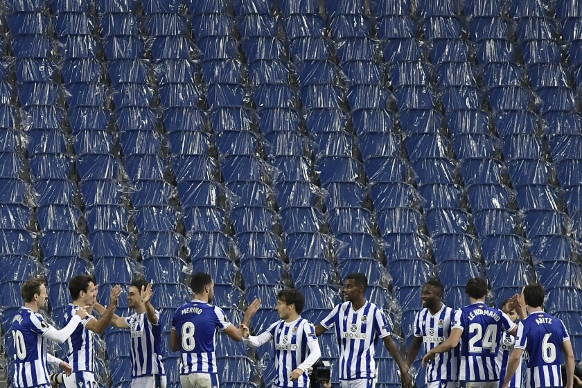 Jugadores de Real Sociedad festejan su primer gol durante un duelo por el Grupo F de la Liga Europa frente al club AZ Alkmaar, en el estadio Anoeta de San Sebastián, España, el jueves 5 de noviembre de 2020. (AP Foto/Álvaro Barrientos)