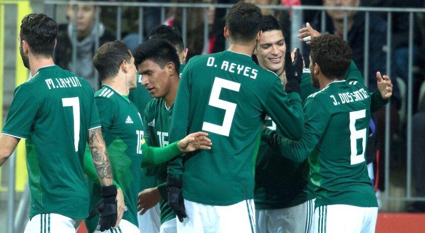 Los seleccionados mexicanos celebran el triunfo en su reciente visita a Polonia.