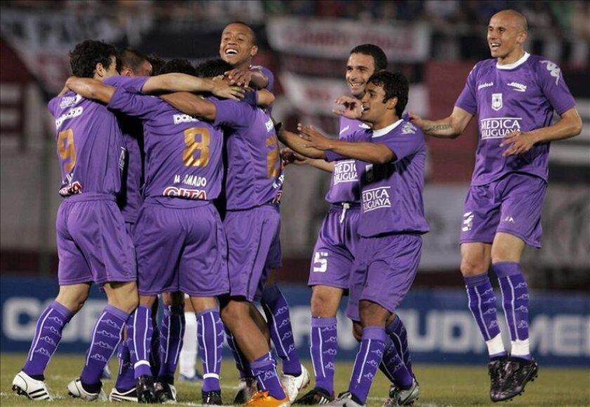 El líder, Defensor Sporting, suma 9 victorias en 14 partidos, pero cedió dos empates en sus últimas tres presentaciones. En la imagen el registro de otra de las celebraciones del cuadro violeta de Uruguay. EFE/Archivo