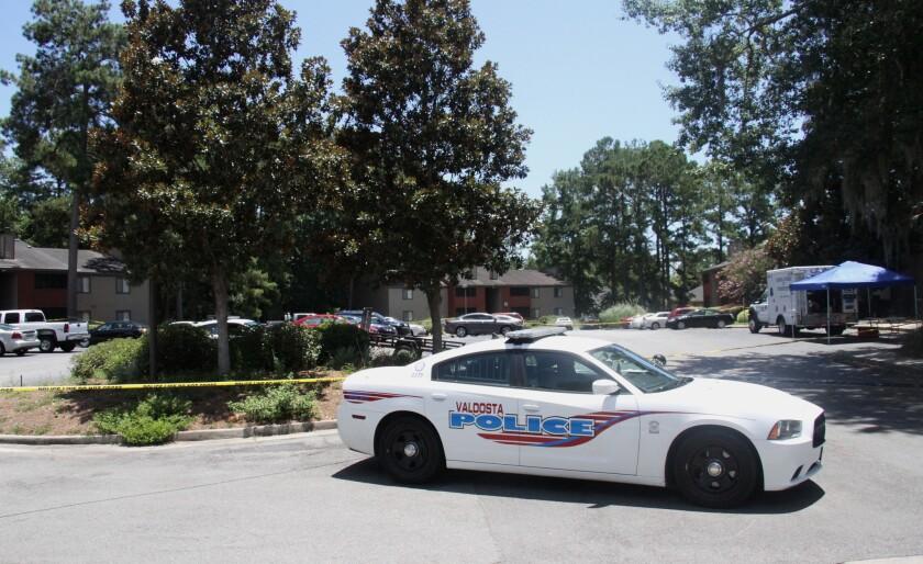 Una patrulla permanece cerca del lugar donde hubo un tiroteo entre un policía y un hombre armado en Valdosta, Georgia, el viernes 8 de julio de 2016. (Gabe Burns/The Daily Times vía AP)