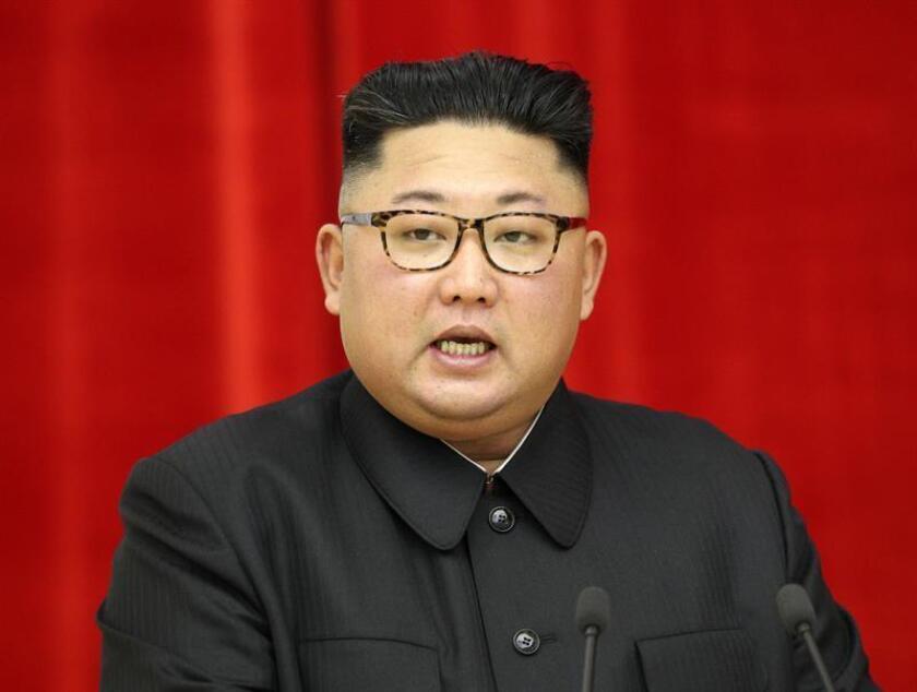 El líder norcoreano, Kim Jong-un, ofrece un discurso en Pionyang (Corea del Norte) el 18 de septiembre de 2018. Jong-un, recibió en la pista del aeropuerto de Sunan de Pionyang al presidente surcoreano, Moon Jae-in, con el que celebró una cumbre de tres días en la que se espera que traten de romper el bloqueo en el diálogo con Estados Unidos sobre desnuclearización. EFE/ Archivo