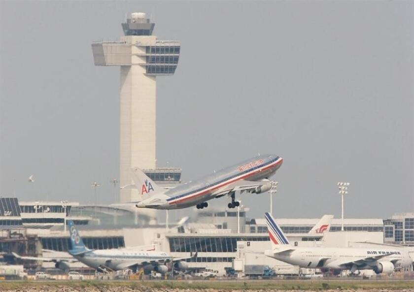 Centenares de vuelos fueron cancelados hoy en los aeropuertos del área de Nueva York como consecuencia del mal tiempo que afecta al noreste de Estados Unidos. EFE/Archivo