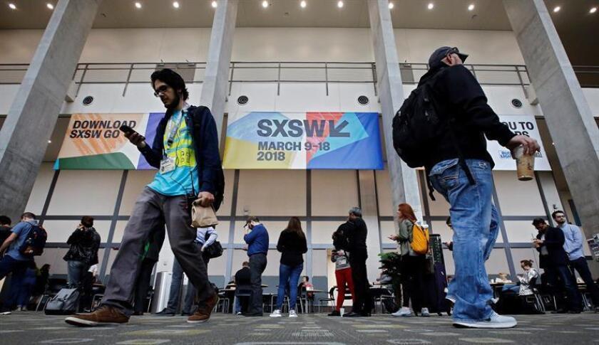 Un grupo de visitantes esperan al registro antes de entrar al festival South by Southwest (SXSW), en la jornada inaugural celebrado en Austin, Texas (Estados Unidos) hoy, 9 de marzo de 2018.EFE