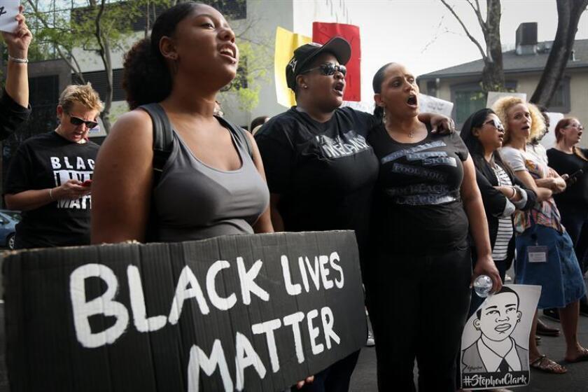 Cientos de supremacistas blancos marcharon hoy en calma en Portland (Oregón) en medio de fuertes medidas de seguridad por posibles enfrentamientos con grupos antifascistas como los ocurridos en 2017 en Charlottesville (Virginia) que ocasionaron la muerte de una mujer. EFE/ARCHIVO