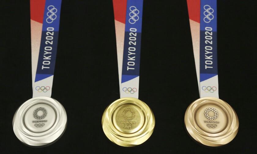 Las medallas (de plata, oro y bronce, de izquierda a derecha) de los Juegos Olímpicos de Tokio 2020, durante su presentación en un acto cuando falta justo un año para la inauguración de Tokio 2020, en la capital de Japón, el 24 de julio de 2019. (AP Foto/Koji Sasahara) ** Usable by HOY, ELSENT and SD Only **