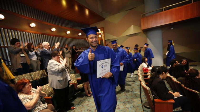 Ron Hagardt en su ceremonia de graduación en la Biblioteca Pública de Los Ángeles, fue uno de los adultos que obtuvieron sus certificados de preparatoria de la Career Online High School. (Barbara Davidson / Los Angeles Times)