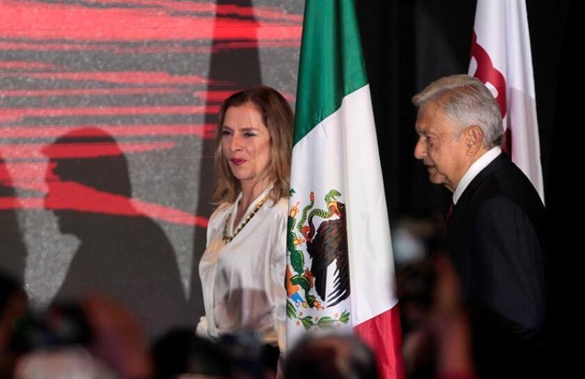 El presidente electo Andrés Manuel López Obrador, llega a un hotel para ofrecer declaraciones acompañado de su esposa Beatriz Gutiérrez Müller, en Ciudad de México (México). EFE/Archivo
