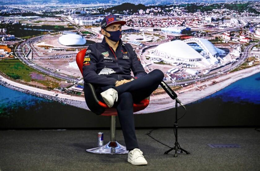 El piloto holandés Max Verstappen, de Red Bull, atiende una conferencia de prensa en el Autódromo de Sochi, Rusia, el jueves 23 de septiembre de 2021. (Xavi Bonilla/DPPI, Pool vía AP)