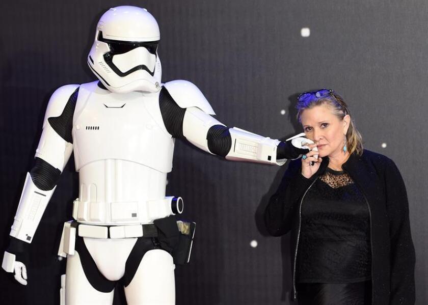 """La actriz estadounidense Carrie Fisher, muy conocida por su papel de princesa Leia en """"Star Wars"""", está estable en la unidad de cuidados intensivos de un hospital de Los Ángeles tras sufrir un ataque al corazón ayer durante un vuelo. EFE/ARCHIVO"""