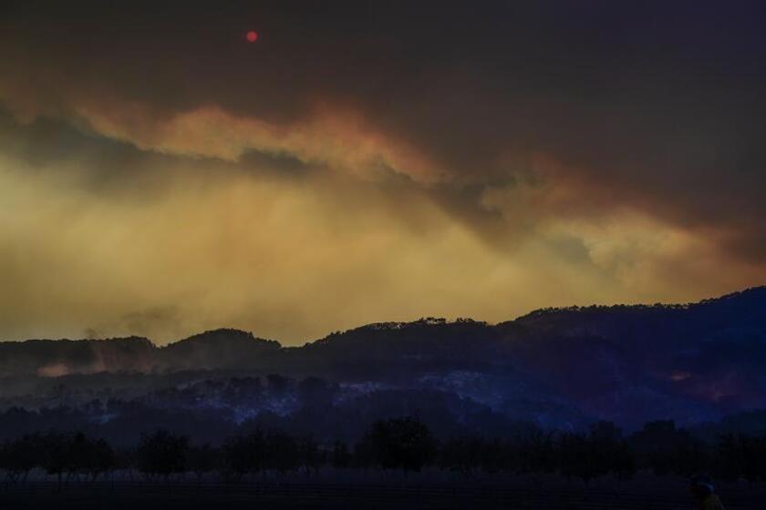 Cerca de una veintena de fuegos en California, los más graves localizados cerca del Parque Nacional de Yosemite -que permanece parcialmente cerrado al público-, se han cobrado al menos ocho muertos y han arrasado más de 93.000 hectáreas de terreno, informaron hoy las autoridades. EFE/ARCHIVO