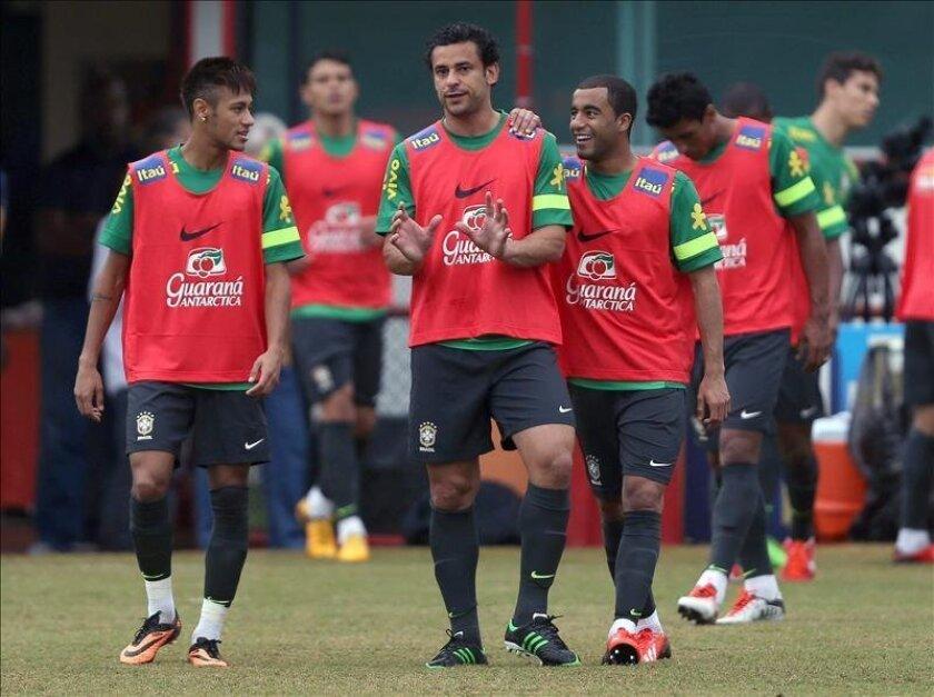 Los jugadores brasileños Neymar (i), Fred (c) y Lucas (d) conversan durante el entrenamiento del equipo nacional el pasado 31 de mayo, en el estadio de Flamengo, en Río de Janeiro (Brasil). EFE