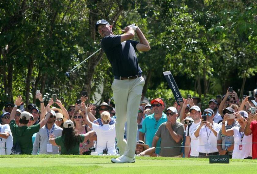 El golfista estadounidense Matt Kuchar fue registrado este domingo, durante la ronda final del Mayakoba Classic de la PGA, en Playa del Carmen, en el estado de Quintana Roo (México). EFE
