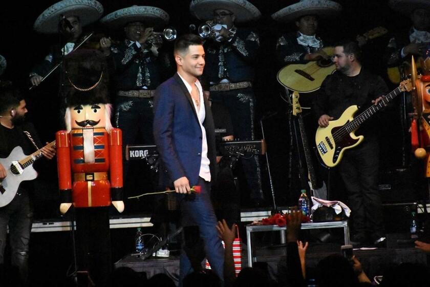 El joven cantante de música regional Luis Coronel durante el concierto navideño que ofreció ayer en la ciudad de Anaheim.