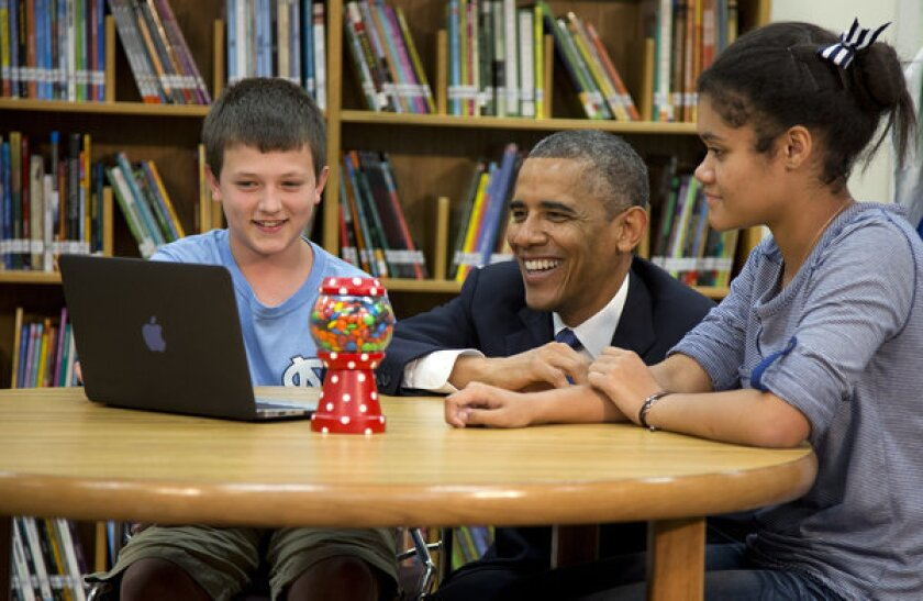 Obama pledges more Web access to slightly distracted middle-schoolers