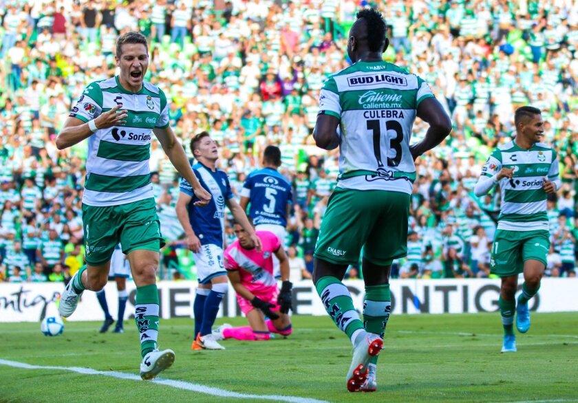 Julio César Furch (i) celebra su segundo gol en el triunfo del Santos (4-1) sobre Puebla.