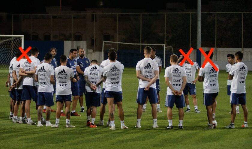El entrenador de la Albiceleste, Lionel Scaloni, trabaja con un grupo de seleccionados.