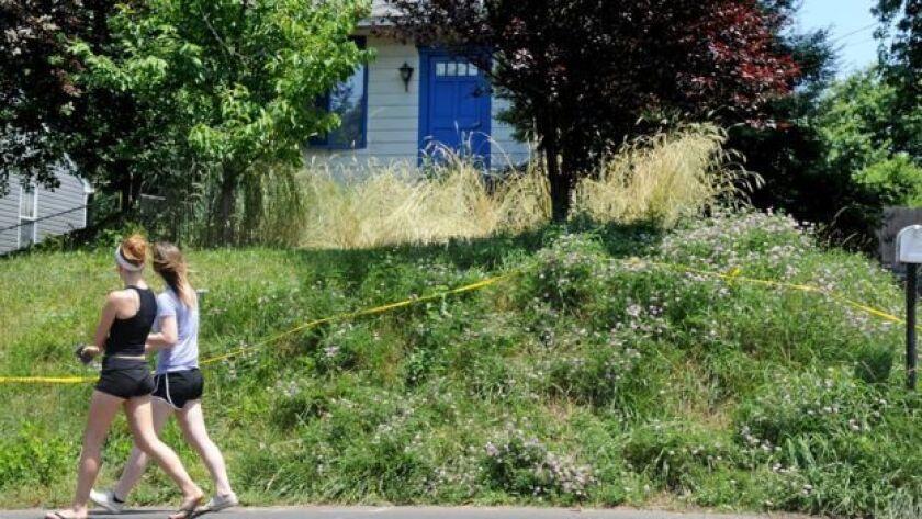 La policía dijo que no había podido entrar antes a la vivienda de Kaplan porque las denuncias eran muy vagas.