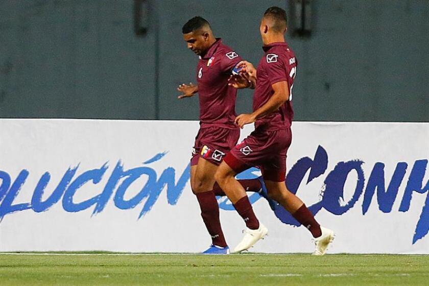 El venezolano Christian Makoun (i) celebra luego de anotar un gol durante un partido del hexagonal final del Campeonato Sudamericano Sub20 entre Uruguay y Venezuela, el pasado martes, en el estadio El Teniente de Rancagua (Chile). EFE