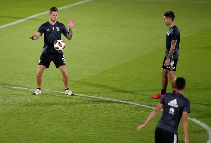 Bruno Zuculini (i), centrocampista argentino del River Plate, participa en una sesión de entrenamiento del equipo en Al Ain (Emiratos Árabes Unidos). EFE