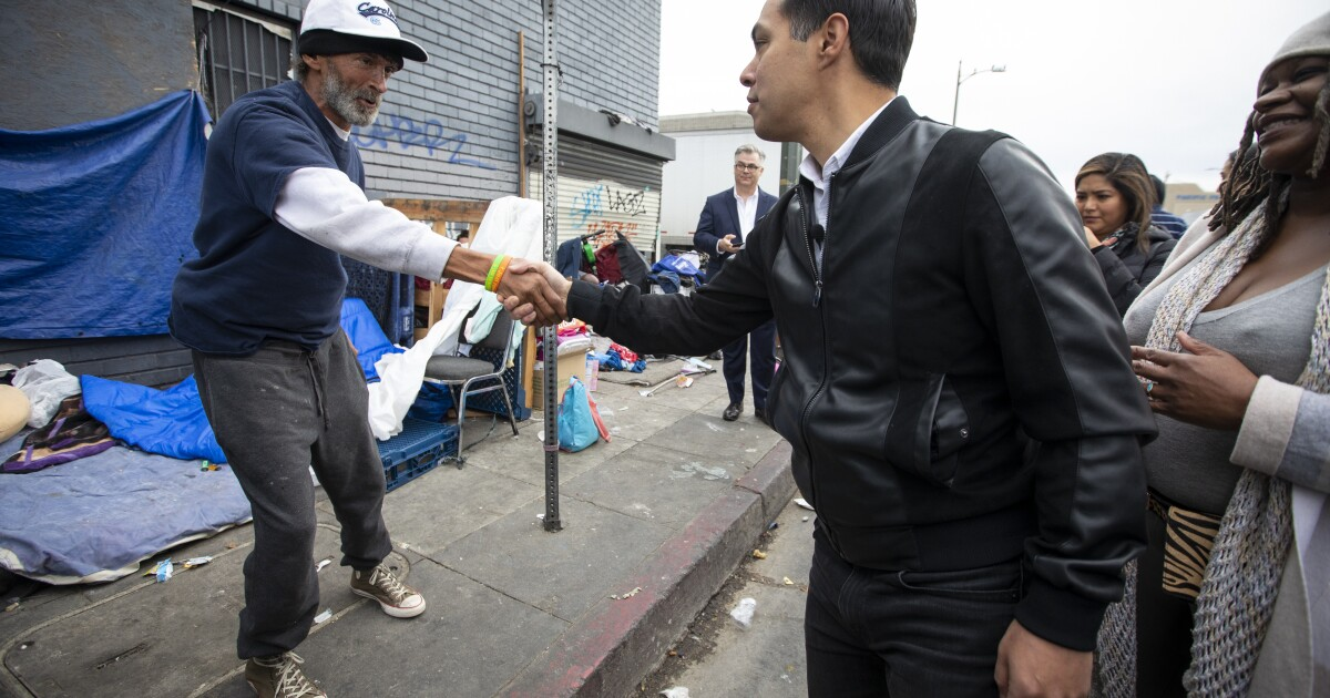 Julián Castro tours L. A. ' s skid row-to-talk über sein Gehäuse plan