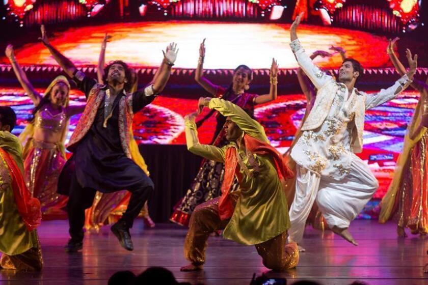"""Bailarines del espectáculo de danza """"Un Pasaje a Bollywood"""" participan hoy, miércoles 10 de octubre de 2018, en la inauguración del Festival Internacional Cervantino, en estado de Guanajuato (México). EFE"""
