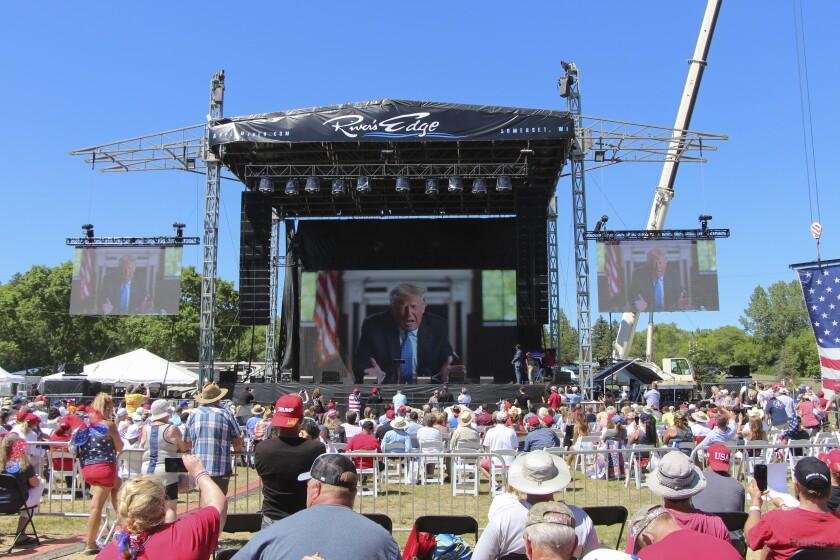 El expresidente Donald Trump habla con la concurrencia vía video el 12 de junio del 2021 en New Richmond, Wisconsin.