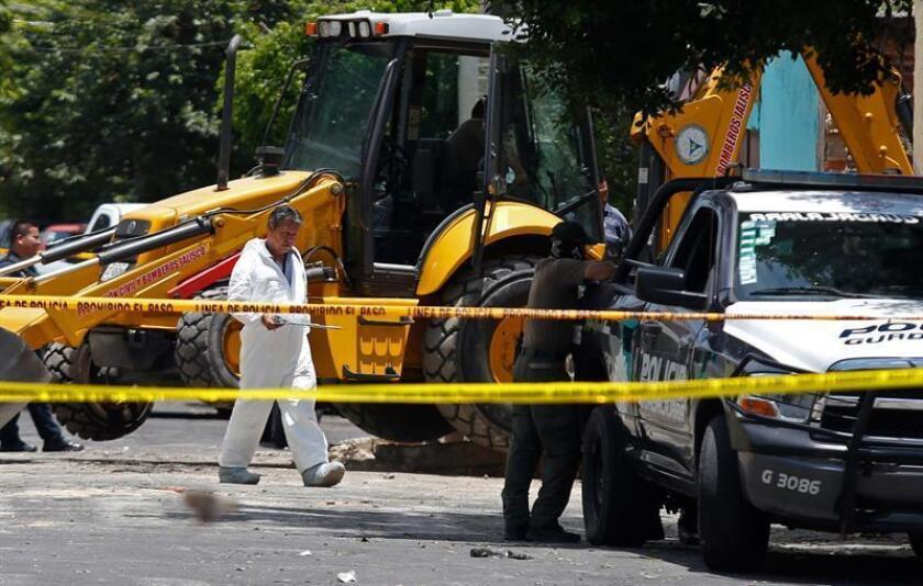 Vista general hoy, domingo 5 de agosto de 2018, del sitio donde fueron encontrados 10 cuerpos en una fosa clandestina de la ciudad de Guadalajara, en el estado de Jalisco (México), luego de que peritos del Servicio Médico Forense (Semefo) excavaran durante dos días, informaron hoy fuentes de la policía municipal. EFE