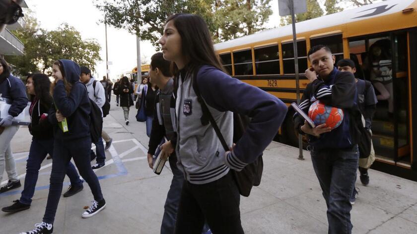 Foto de archivo de estudiantes latinos de L.A., llegando a la escuela.