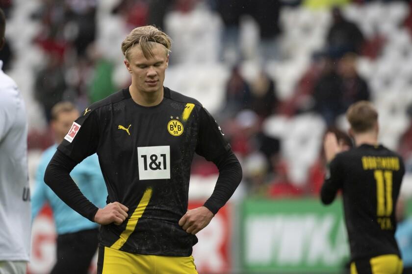 Erling Haaland, del Dortmund, se lamenta después de dejar escapar una oportunidad de anotar