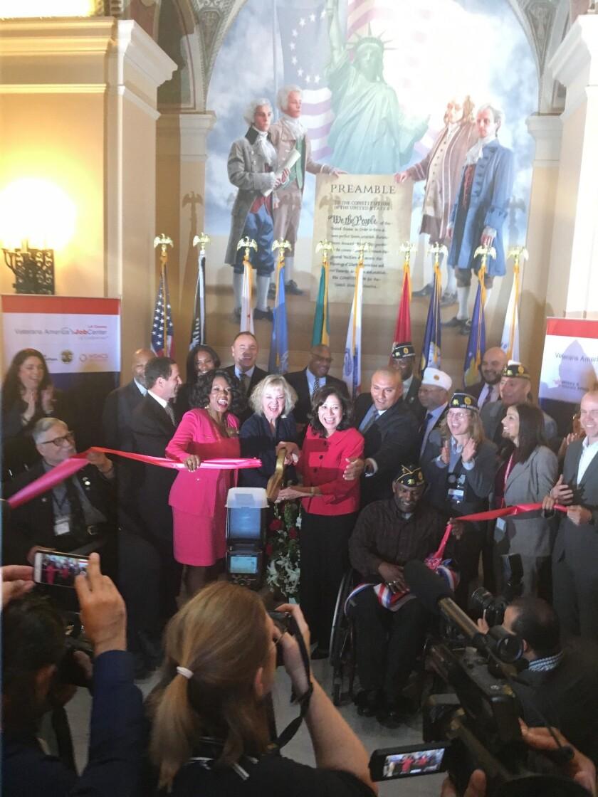 Celebran los funcionarios del condado la apertura del centro para veteranos.
